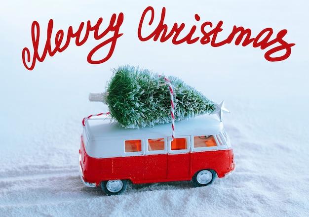 Cartolina d'auguri di vacanze invernali albero di natale retrò camion giocattolo nel bosco innevato