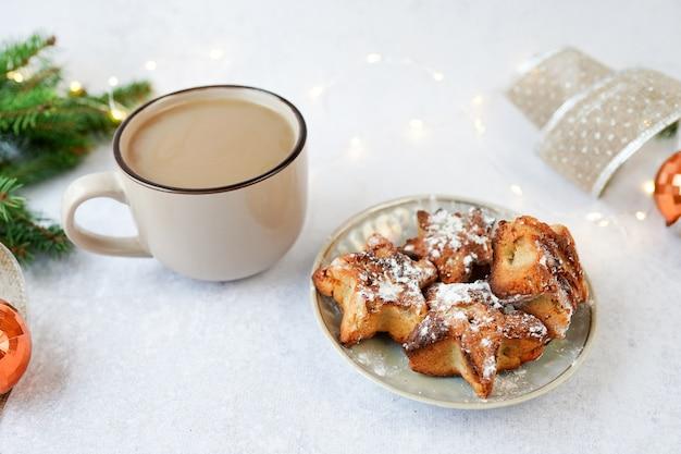 Bevanda calda invernale, caffè o cacao e biscotti natalizi con decorazioni invernali