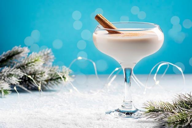 Zabaione caldo invernale in un bel bicchiere