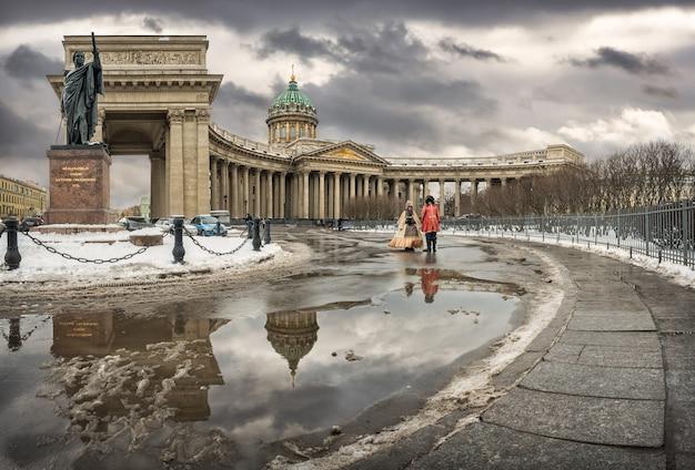 Cattedrale invernale di kazan con un riflesso in una piscina e un monumento a kutuzov a san pietroburgo