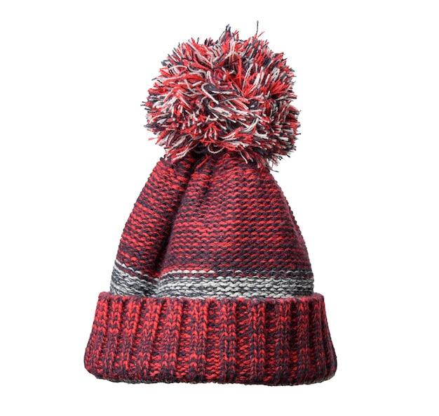 Cappello rosso-nero lavorato a maglia invernale con pompon isolato su priorità bassa bianca, vestiti comodi