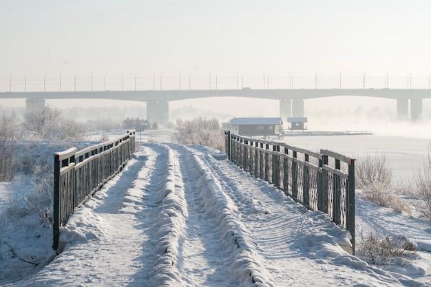 Paesaggio invernale di alberi gelidi, neve bianca nella terra della città