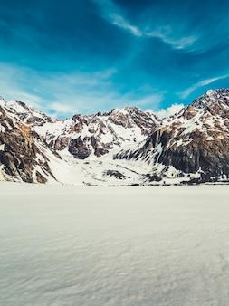 Paesaggio invernale di neve sullo sfondo di montagna.