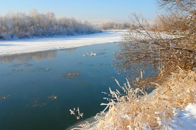Paesaggio invernale con fiume