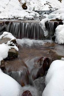 Paesaggio invernale con il fiume