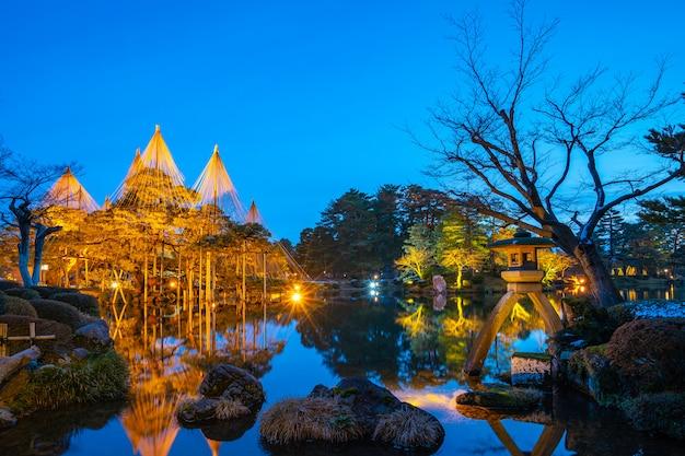 L'inverno si accende nel giardino di kenrokuen alla notte a kanazawa, giappone