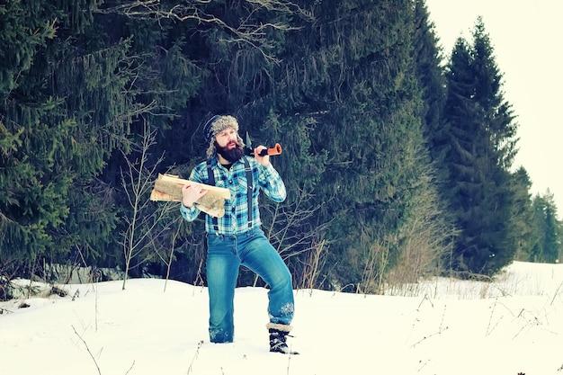 Inverno uomo ascia legno