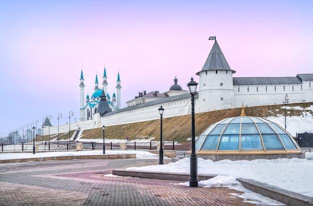 Marcia invernale con vista sul cremlino di kazan sotto il cielo rosa