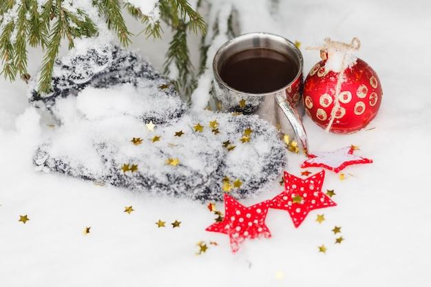 Composizione del caffè della tazza di inverno nella neve