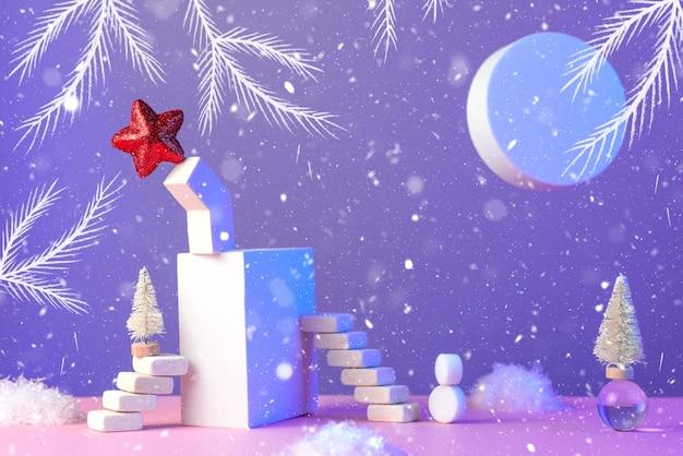 Natura morta di capodanno invernale con scale, albero di natale, stella, sole, neve e forme geometriche