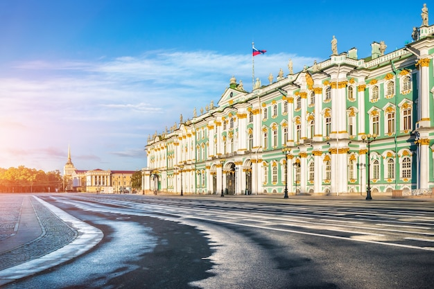 Palazzo d'inverno sulla piazza del palazzo a san pietroburgo e l'ammiragliato in lontananza in una mattina di sole