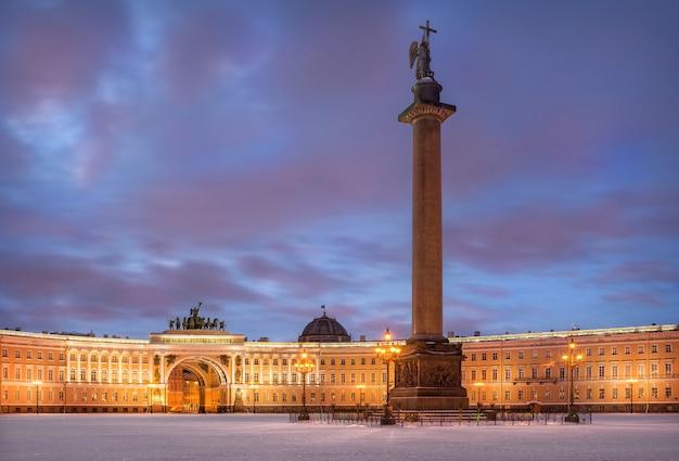 Piazza del palazzo d'inverno e angelo sulla colonna di alessandro