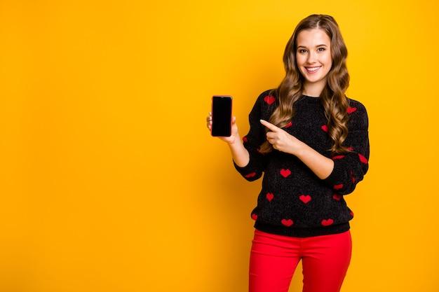 Proposta per la stagione invernale! foto di bella signora diretta telefono dito offerta sconto smart phone gadget prezzo indossare cuori modello maglione rosso pantaloni