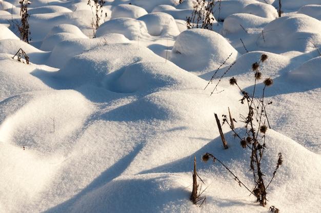 La stagione invernale con tempo freddo e molte precipitazioni sotto forma di neve, grandi cumuli di neve dopo nevicate e bufere di neve