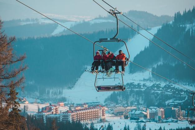 Stazione sciistica invernale sci e snowboard Foto Premium