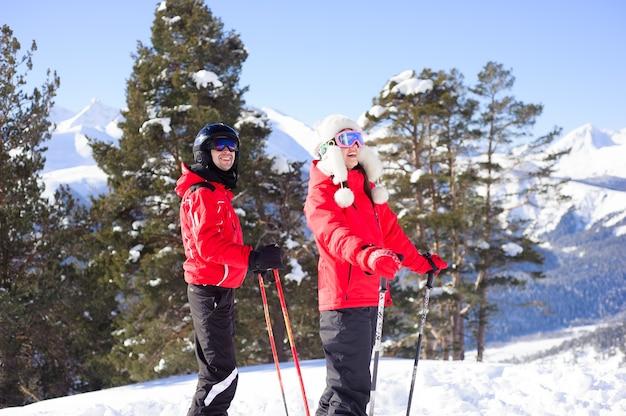Inverno, sci - famiglia felice in una stazione sciistica.