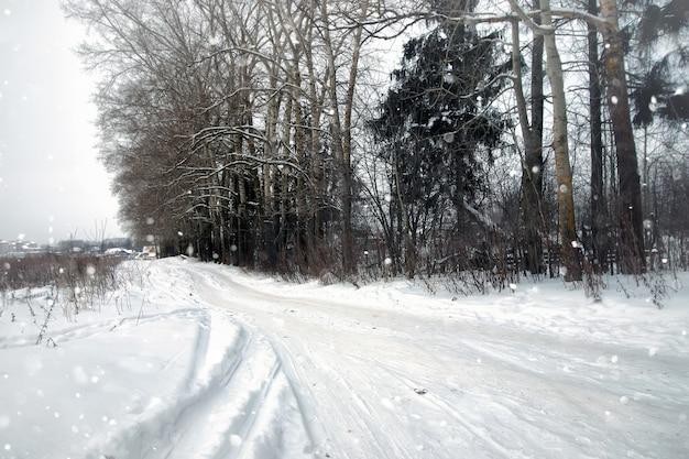 Strada rustica di neve invernale