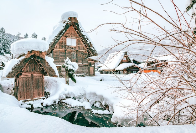 La neve di inverno shirakawa va villaggio nel giappone