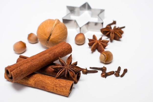 Spezie invernali su superficie bianca. vin brulè o ingredienti da forno stagionali natalizi - spezie aromatiche.