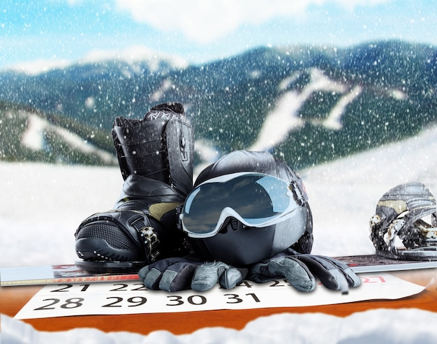 Attrezzatura per sport invernali su sfondo invernale