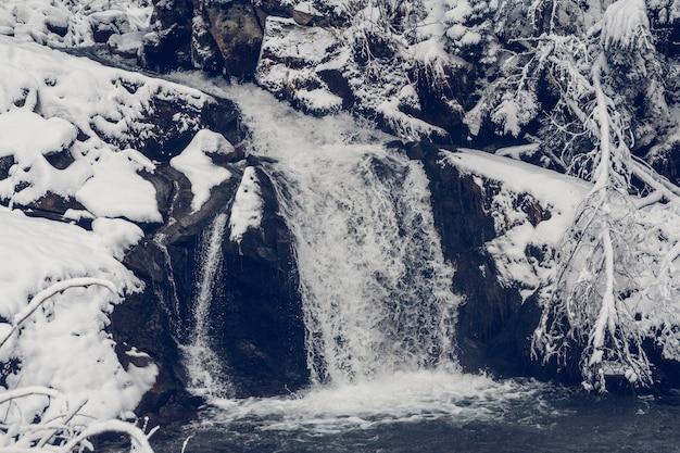 Inverno primavera alimentato cascate del torrente in inverno.