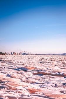 Tramonto in inverno sul fiume ecologia fumo da tubi di ghiaccio del fiume