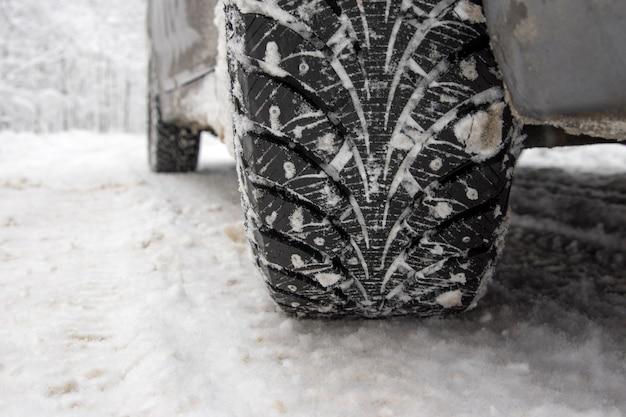 Pneumatico invernale su strada innevata.