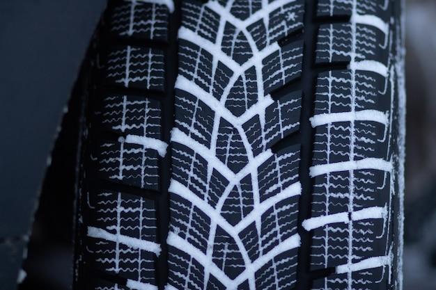 Battistrada di pneumatici invernali su una strada innevata guida con pneumatici invernali su una strada innevata