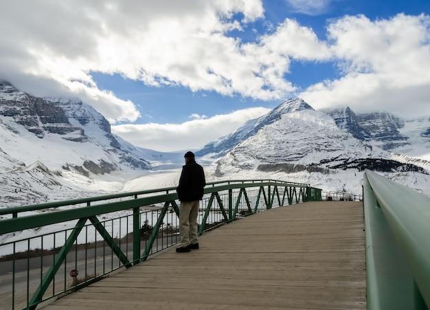 Vista di inverno del ghiacciaio di athabasca in jasper national park, alberta, canada