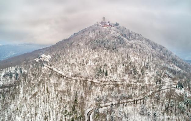 Vista invernale del chateau du haut-koenigsbourg nelle montagne dei vosgi. una grande attrazione turistica in alsazia, francia