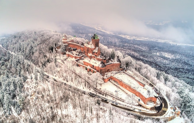 Vista invernale del castello du hautkoenigsbourg nelle montagne dei vosgi alsazia francia