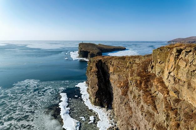 Vista di inverno dell'alta scogliera del capo di tobizin in primorye, russia