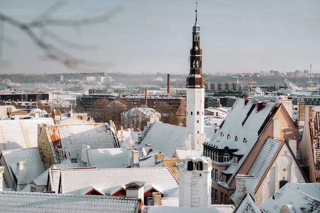 Vista invernale della città vecchia di tallinn.città innevata vicino al mar baltico. estonia.