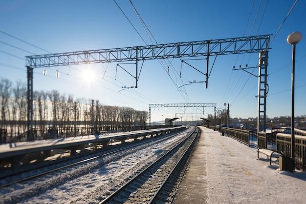 Vista invernale della stazione ferroviaria senza persone