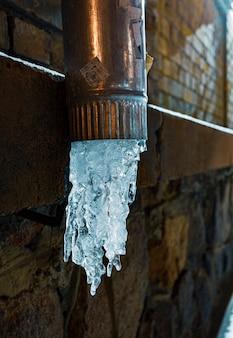 In inverno l'acqua si è congelata nel tubo di scarico.