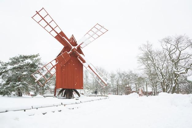 Paesaggio del mulino a vento invernale