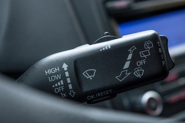 Controllo dell'interruttore dei tergicristalli da vicino controllo dei tergicristalli: regolazione della velocità dei tergicristalli in auto. leva comando tergicristallo