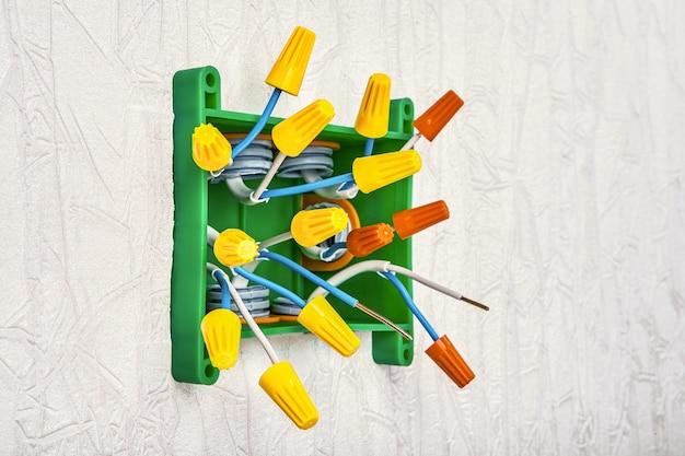 I dadi di torsione del filo sono un tipo di terminale di connessione. i fili nella scatola di giunzione saranno attorcigliati in trecce all'interno del connettore. riparazione e aggiornamento di impianti elettrici domestici, lavori elettrici.