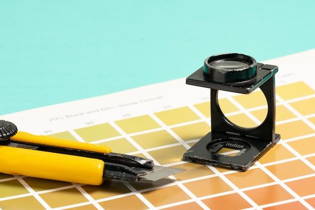 Lente d'ingrandimento a filo, su campioni di scala di colori per la stampa e la litografia