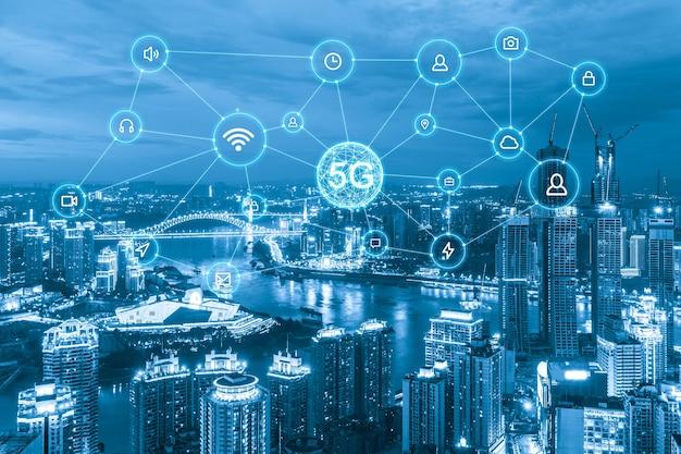 Concetto di rete di comunicazione wireless. panorama della città moderna