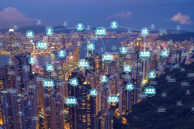 Schema di rete wireless sul paesaggio urbano di notte che rappresenta la comunicazione internet in worldwild.