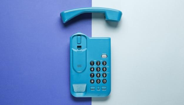 Telefono senza fili dell'ufficio con microtelefono su grigio porpora