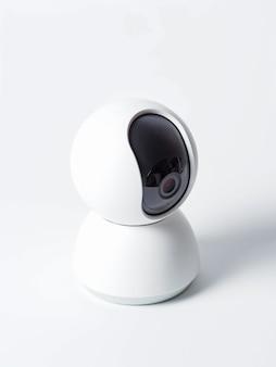 Videocamera di sorveglianza senza fili isolata su bianco
