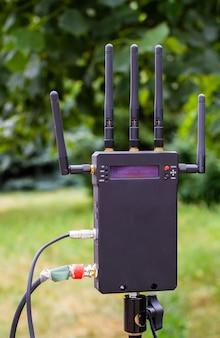 Il trasmettitore video wireless è operativo durante il processo di ripresa.