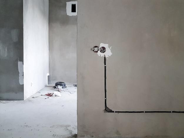 Cablaggio. prese e fili nel muro - riparazione della stanza - design d'interni
