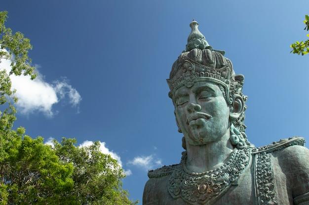 Statua di wisnu nel parco culturale garuda wisnu kencana gwk a bali indonesia