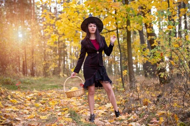 Strega nella foresta autunnale halloween cosplay halloween festa autunnale celebrazione