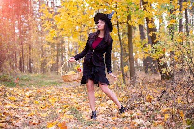 Strega nella foresta autunnale halloween cosplay halloween festa autunnale celebrazione Foto Premium