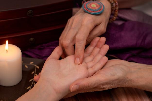 Indovino della strega che legge fortuna sulla mano delle ragazze. Foto Premium