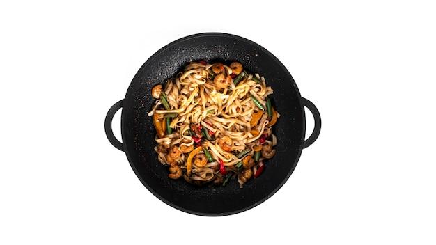 Tagliatelle al wok con frutti di mare isolati. pasta con gamberi e cozze